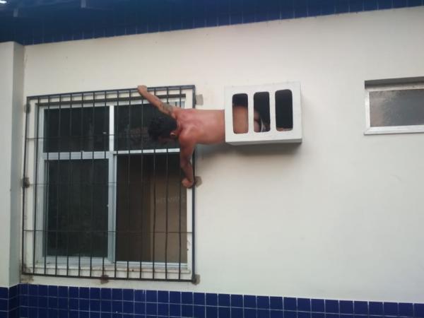 Homem tenta fugir, mas acaba entalado em buraco de ar-condicionado da delegacia de Óbidos