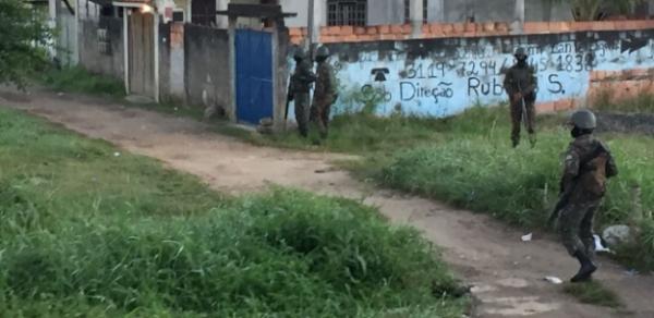 Militares são recebidos a tiros em operação para encurralar Comando Vermelho no Rio