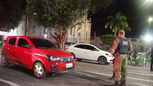Motorista é feito refém em frente à Igreja dos Capuchinhos. Veja o vídeo!